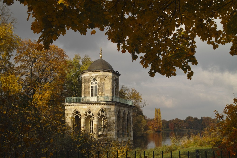 The Gothic Library, built by Carl Gotthard Langhans at the southern end of the New Garden, served as a lookout tower and housed the king's book collection, which took up two floors. – © H. Bach / SPSG, Gothic Library New Garden, Potsdam