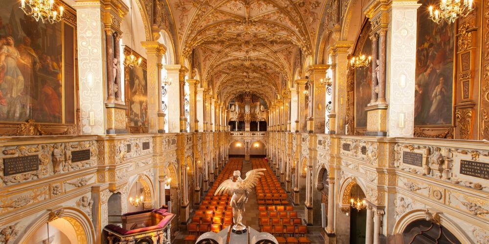 Richement décorée et incrustée d'ébène, d'ivoire, d'argent et d'or, c'est dans l'église du château que les monarques absolutistes étaient consacrés. – © Mikkel Grønlund / The Museum of National History at Frederiksborg Castle