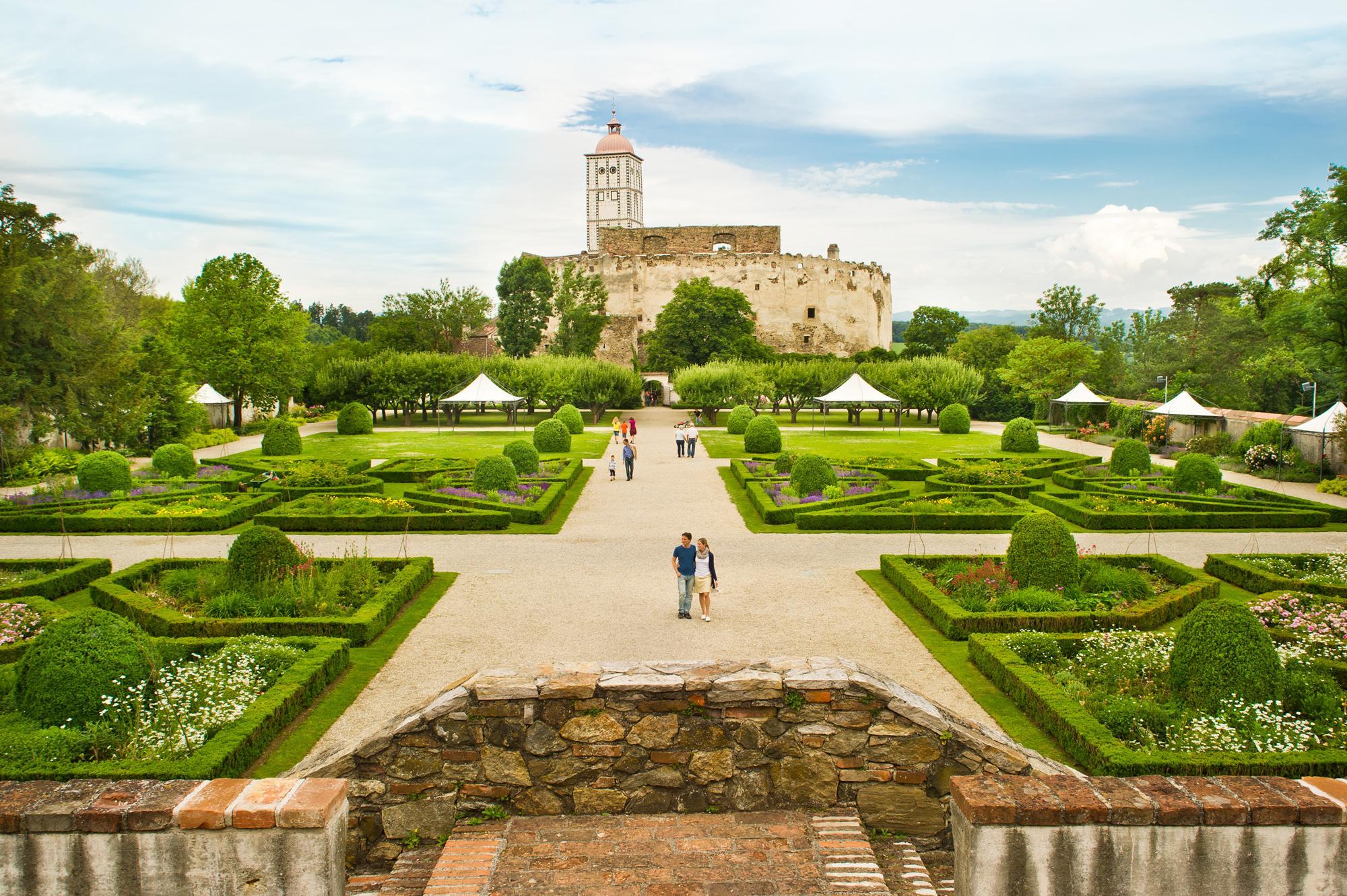 Schallaburg castle features a charming garden inviting you to take a stroll. – © Rita Newman / Schallaburg