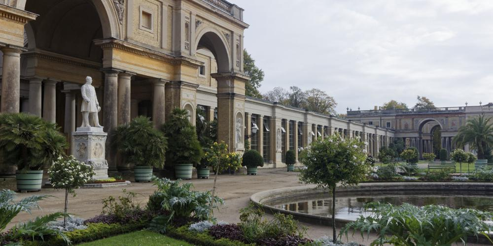 The imposing Orangery Palace has plant halls, a central palace, sculptures, fountains, arcades, and terraces evoking a Mediterranean flair. – © A.Stiebitz / SPSG