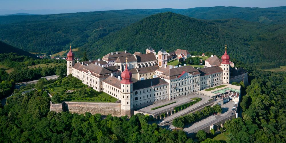 Christianity left its traces everywhere along the landscape. One fine example is the magnificent Göttweig Abbey, which marks the eastern end of the valley. – © extremfotos.com / Donau NÖ