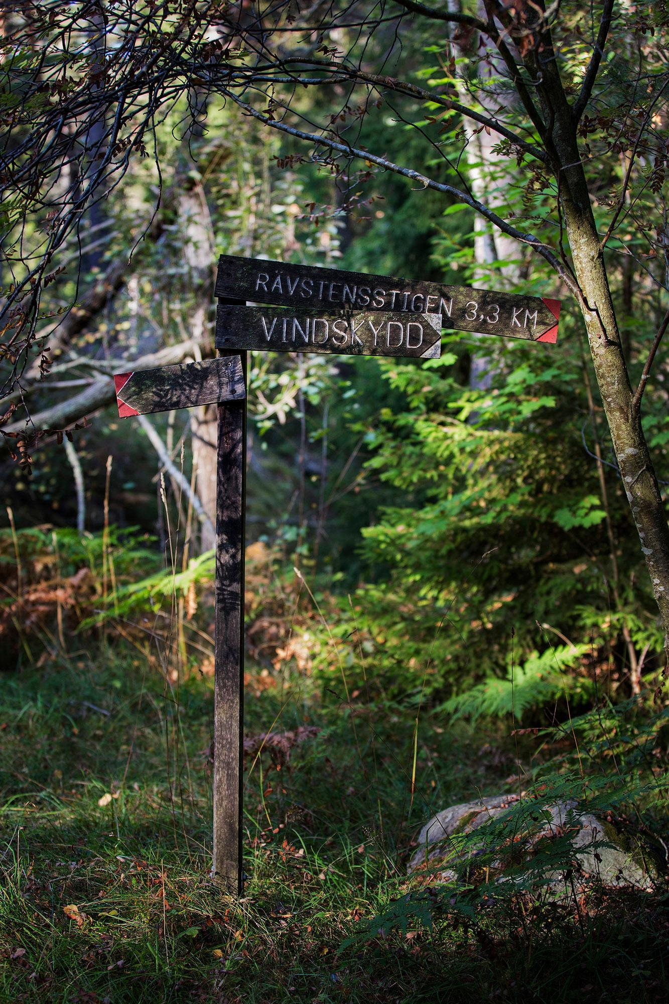An old sign shows you the way to a shelter or to the 3.3 kilometre-long Rävstensstigen—The trail of the foxstone. – © Melker Dahlstrand