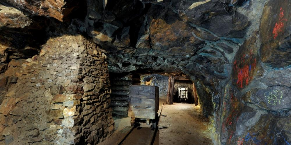 Almost all burgher houses on the Holy Trinity Square have mining galleries in their basements. Michal Gallery, in the Berggericht Mining Museum, is accessible to the public. – © Lubo Lužina