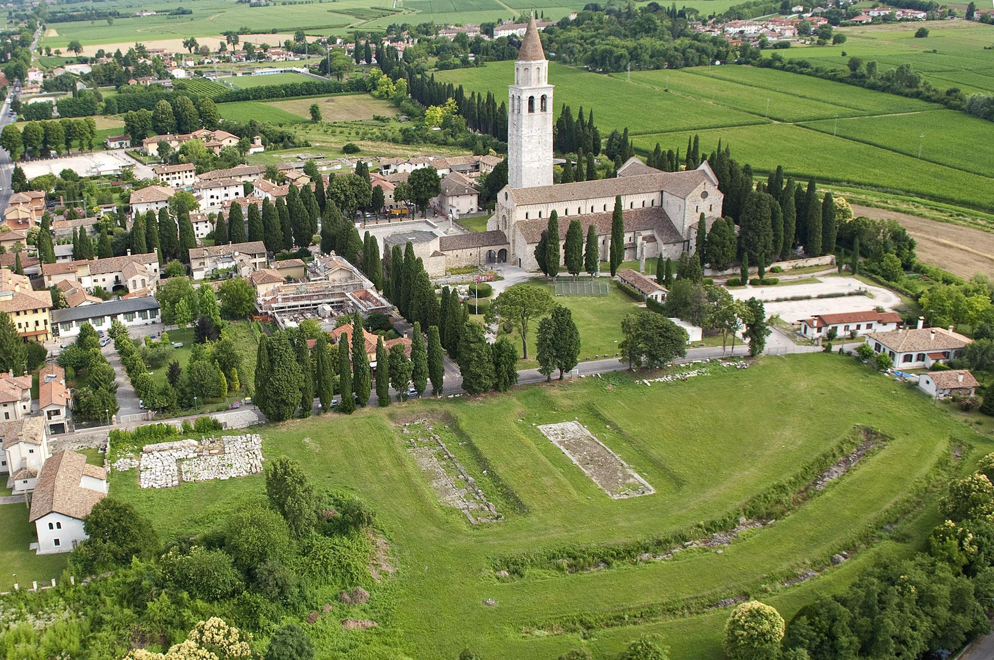 鸟瞰阿奎拉的历史中心,这里在1998年被联合国教科文组织评为世界遗产。长方形教堂和遗址区是意大利最重要的古罗马遗址的一部分。– © Gianluca Baronchelli