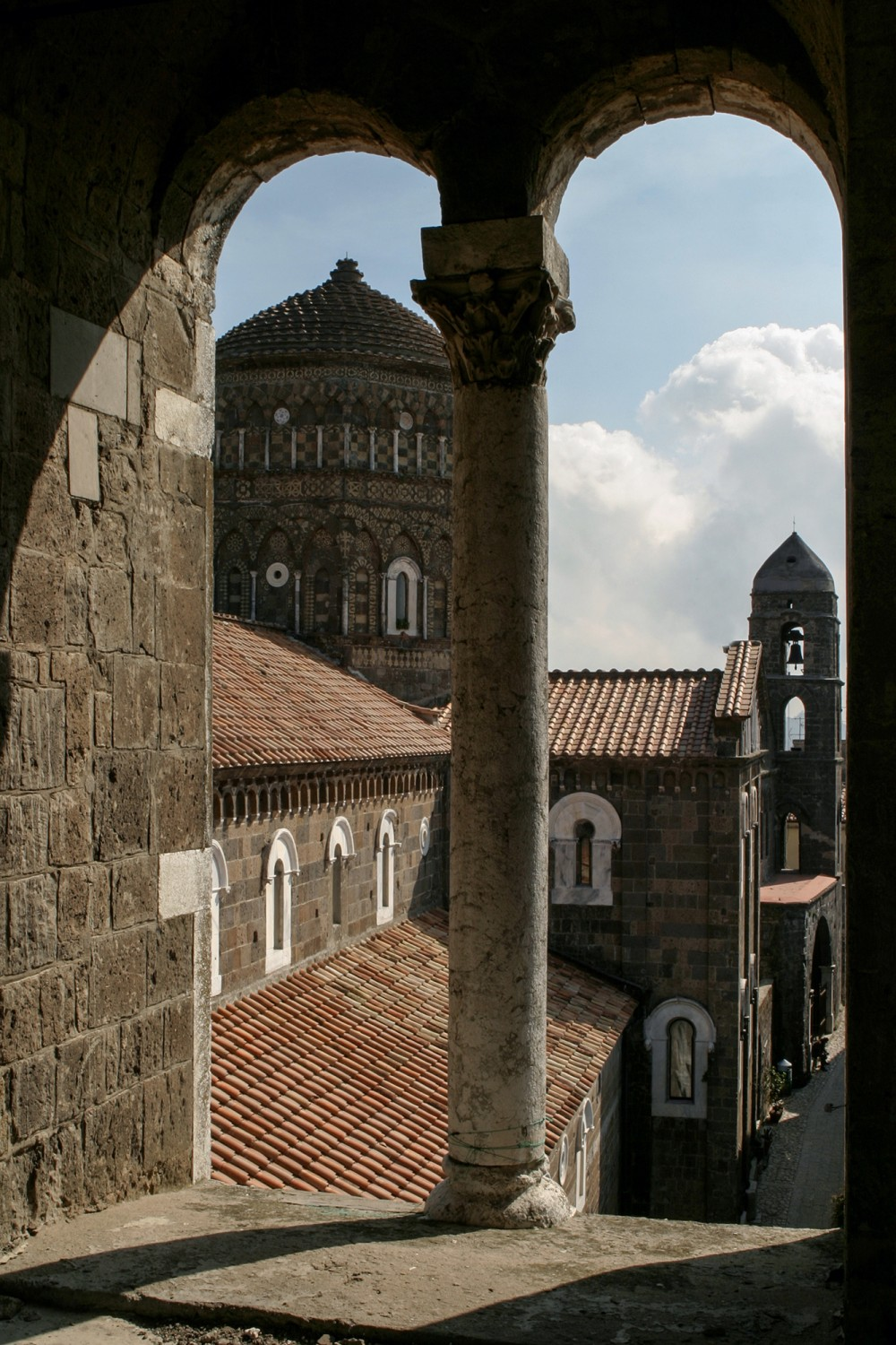 View of the tiburium with Arabic and Byzantine elements from the mullioned window of the bell tower. – © Bruno Cristillo