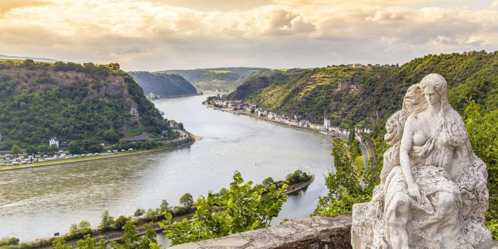 View of the rock bearing the name of the mermaid who, according to legend, attracted the boatmen to the Rhine Valley by her songs. – © Alice-D / shutterstock.com