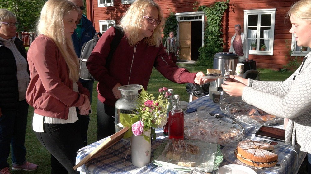 """Locals enjoy a """"Swedish fika"""" (coffee break) in the picturesque atmosphere of the Farmhouse of Erik-Anders. – © Niklas Lundqvist"""