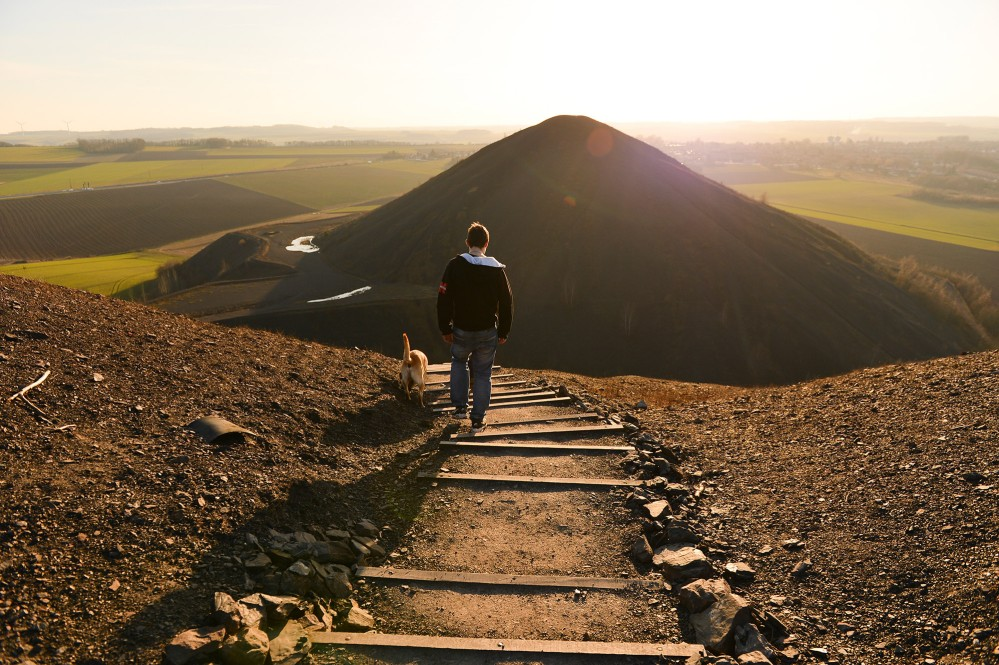 A sunset hike to the twin spoil heaps of pit No. 6 at Maisnil-lez-Ruitz and Ruitz promises solitude and wonderful panoramas. – © Yannick Cadart / Pas-de-Calais Departmental Council
