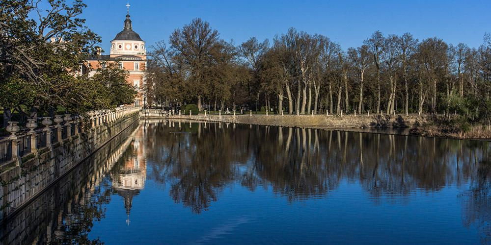 View of the north dome of the Royal Palace of Aranjuez from the Tagus River, flanked by the Parterre garden and the garden of the island, in the background. – © Antonio Castillo López