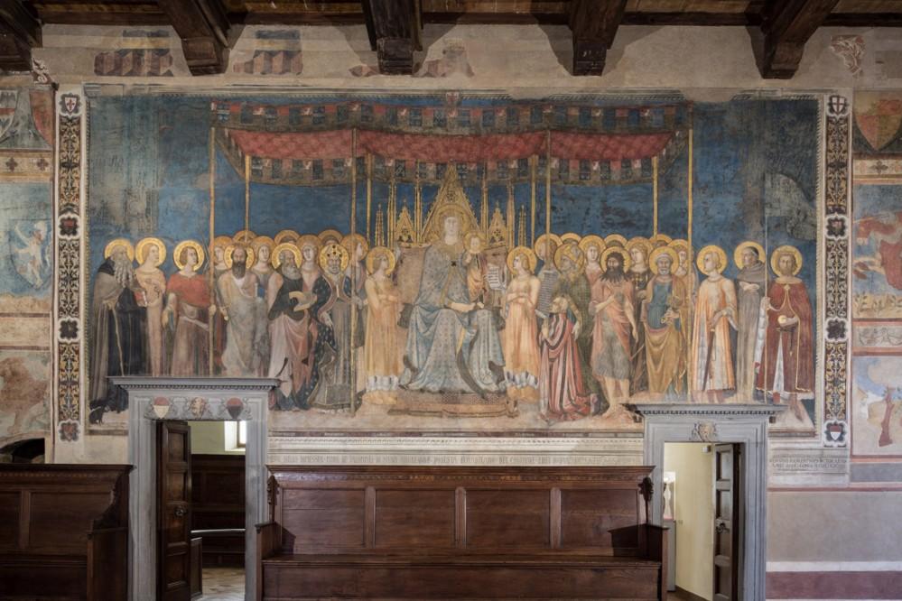 Before admiring the frescos in Camera del Podestà, you should go to Sala Dante to visit the Maestà painted by Lippo Memmi in 1317. – © Musei Civici San Gimignano
