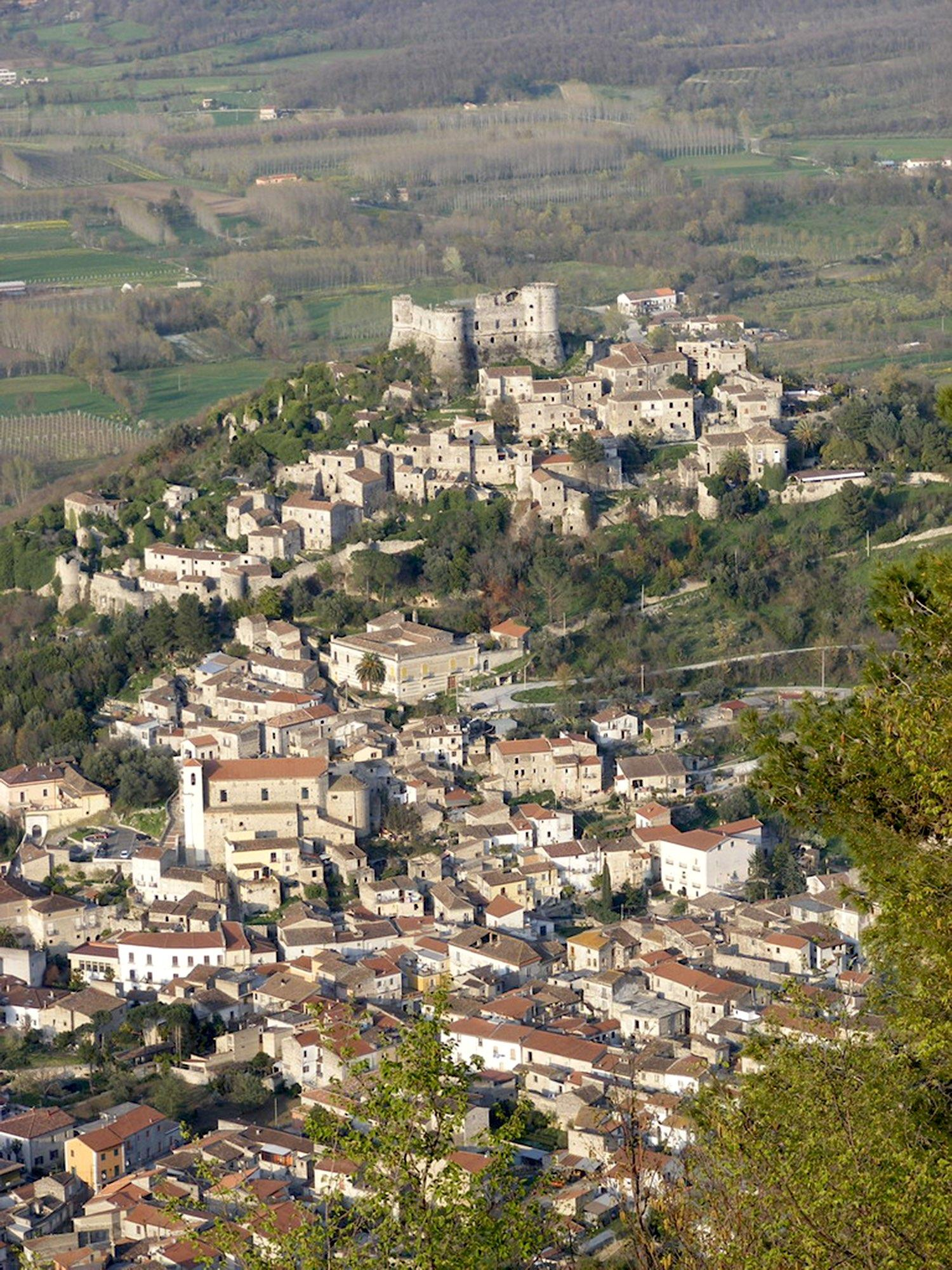 Vairano Patenora has a commanding view of the surrounding hills and farmland. – © Guglielmo D'Arezzo