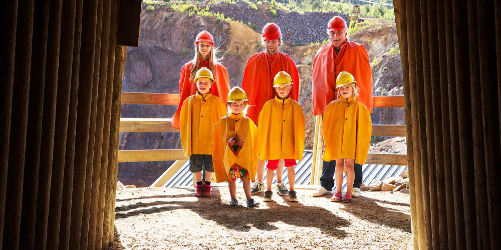 The journey into the Falun copper mine begins with a yellow or orange helmet and a cape. – © Jeanette Hägglund