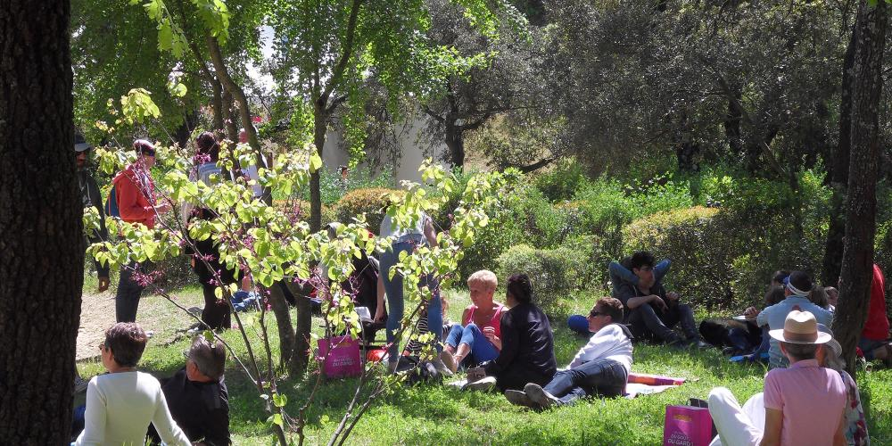 "Let's have a break in the grass at the picnic time during ""Garrigue en Fête"". A true springtime atmosphere. – © EPCC Pont du Gard"