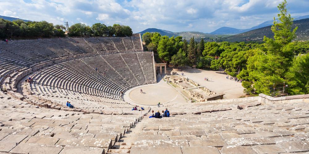 Le Théâtre Antique d'Epidaure est dédié à l'ancien dieu grec de la médecine, Asclépios. – © saiko3p / Shutterstock