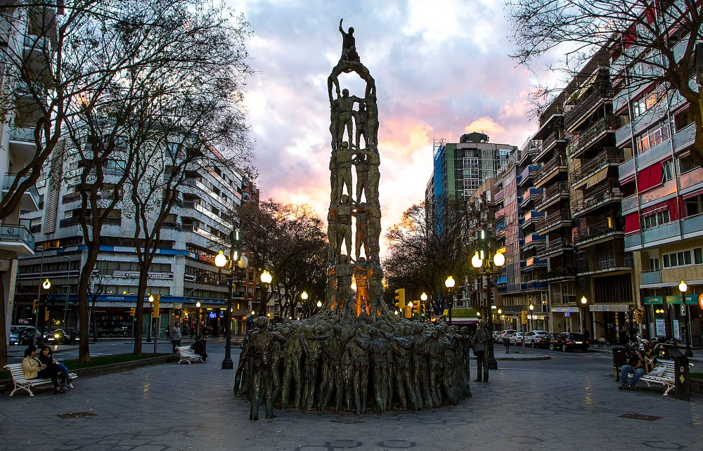 Strolling along Rambla Nova, you'll come across sculptures, statues, and monuments that tell the history of the city. Examples include the printer Virgili sitting on a bench, the Monument to the Heroes of 1811, the Centenary Fountain, and the Monument to Human Towers. – © Manel Antoli, RV Edipress / Tarragona Tourist Board