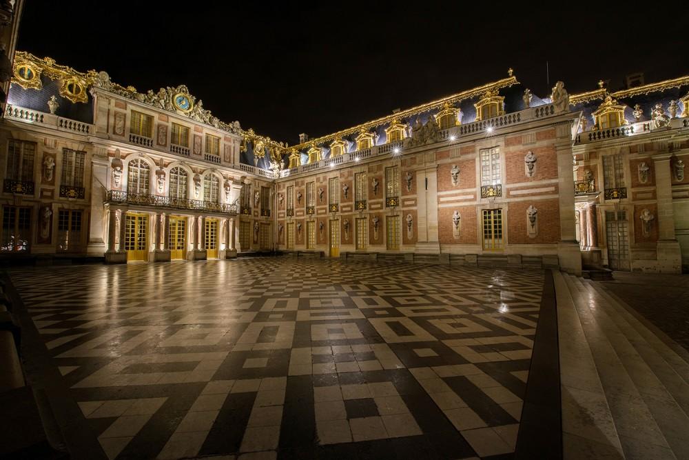 Située derrière la porte royale, la Cour de Marbre faisait partie du pavillon de chasse d'origine. Louis XIV la fit orner de carrés de marbre noir et blanc en provenance de Vaux-le-Vicomte. A cinq pas au-dessus de la Cour d'Honneur, elle était utilisée pour les cérémonies officielles et parfois pour des spectacles. – © Thomas Garnier