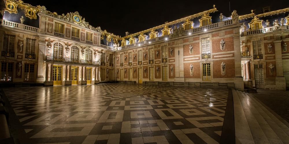 Located behind the Royal Gate, the Marble Courtyard was part of the original hunting pavilion. Louis XIV had it decorated with black and white marble squares from Vaux-le-Vicomte. Located five steps above the Honor Courtyard, it was used for official ceremonies and occasionally for spectacles. – © Thomas Garnier