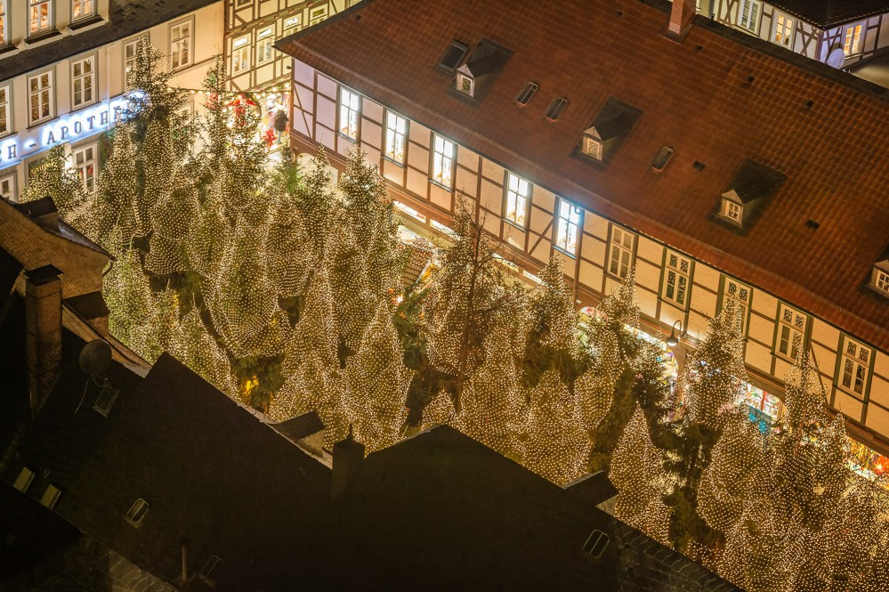 Christmas Forest view from the Market Church. Over 60 illuminated trees invite you to enjoy a hot glogg in one of the cozy cabins within the forest. – © Stefan Schiefer / GOSLAR marketing gmbh
