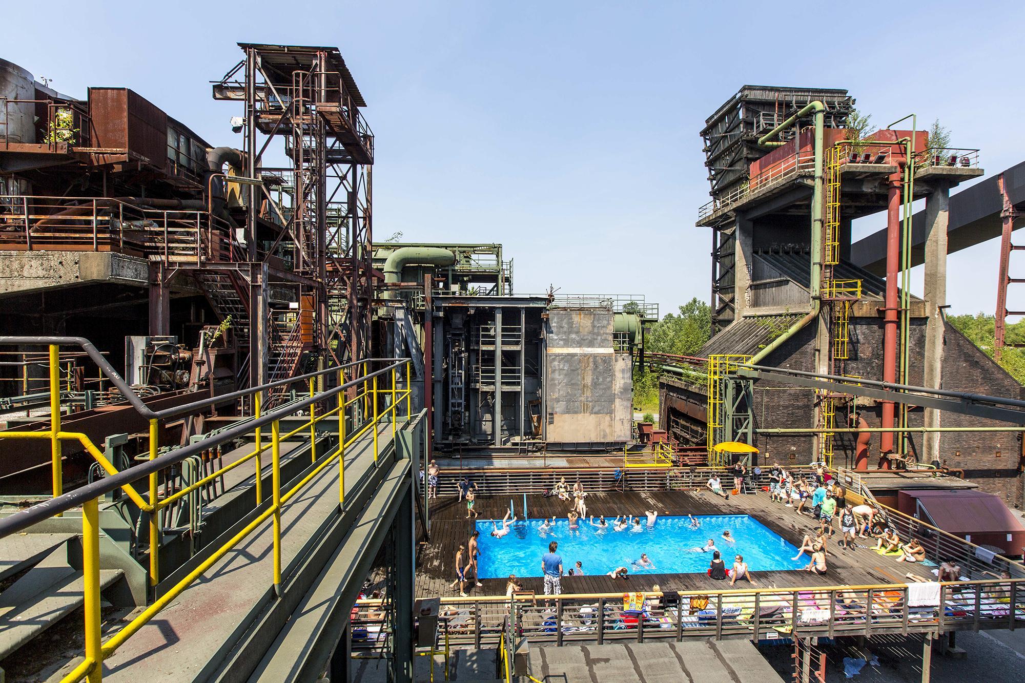La piscine de 2,4 x 12 x 5 mètres, réalisée par les artistes Dirk Paschke et Daniel Milohnic, consiste en deux conteneurs découpés puis soudés ensemble. Elle contient 130 mètres cubes d'eau. - Photographie de Jochen Tack, Fondation Zollverein
