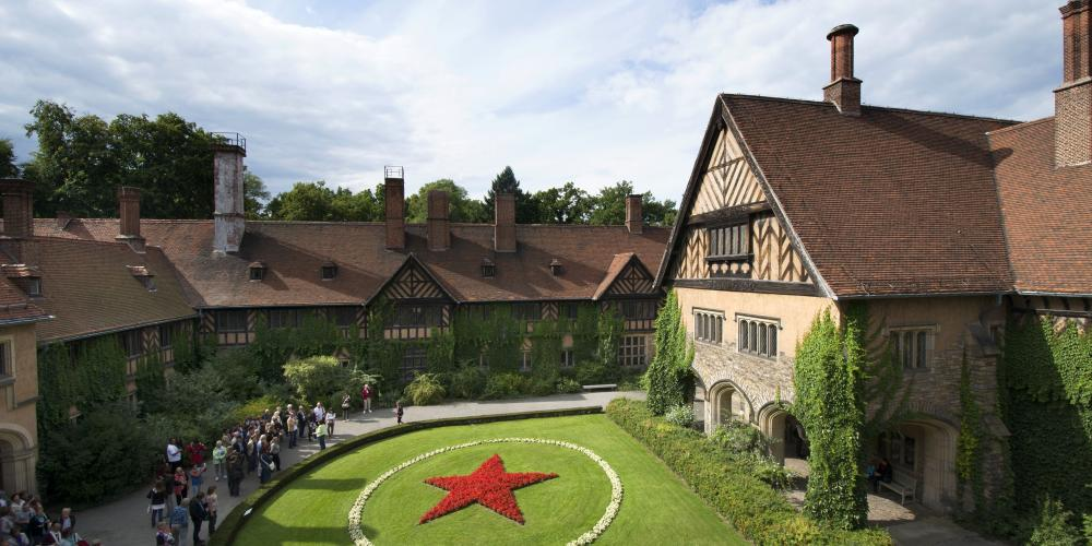 "The ""Red Star,"" made of geraniums in the Inner Courtyard of Cecilienhof Palace, was planted to mark the occasion of the Potsdam Conference, which was organised by the Soviets. – © L.Seidel/SPSG"