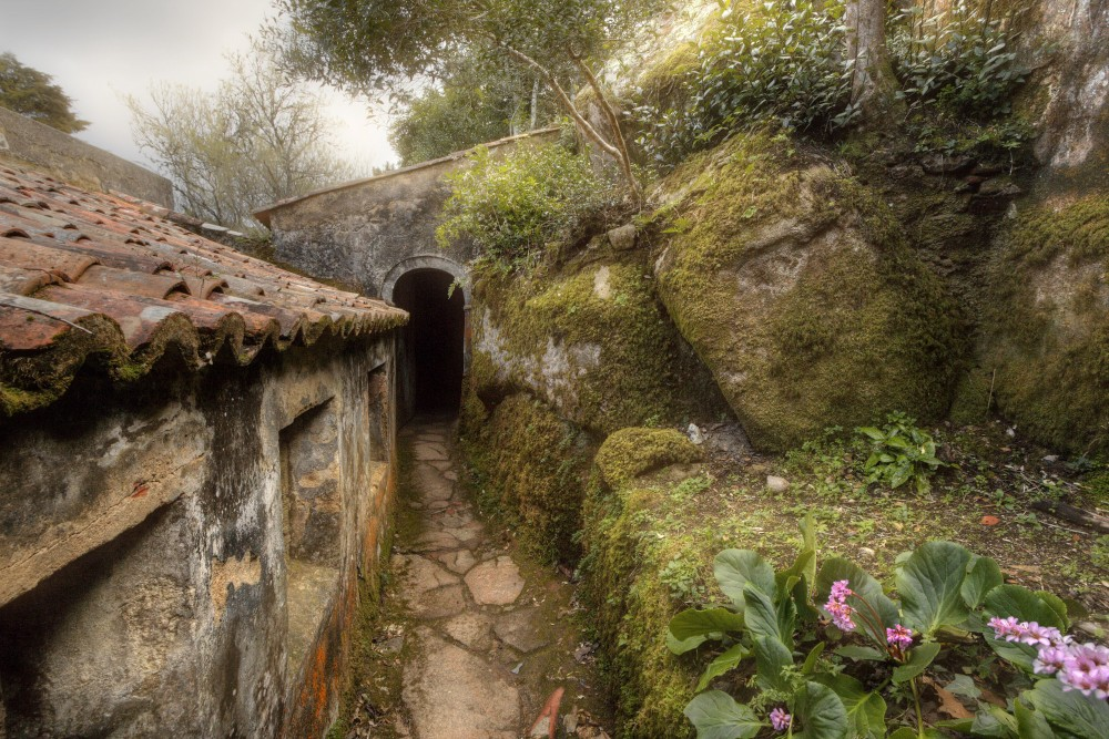 The Convent of the Capuchos incorporates the granite boulders present on the hillside and its construction is organically adapted to the relief of the landscape. – © PSML / EMIGUS