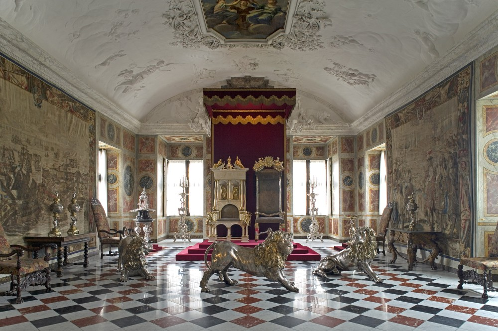 The Great Hall has the coronation thrones and three life-size silver lions standing guard. Tapestries on the walls commemorate battles between Denmark and Sweden. – © Jens Lindhe