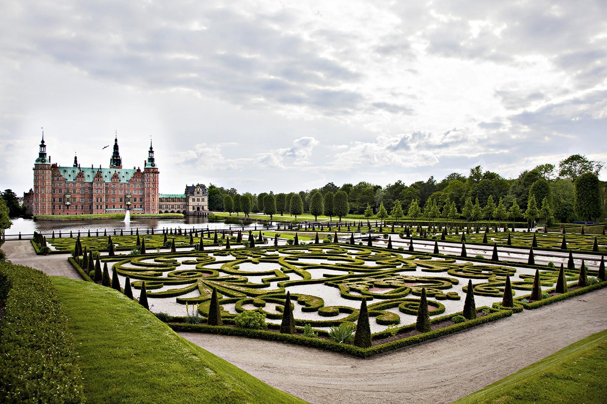 Le jardin baroque du château de Frederiksborg a été recréé à partir des plans datant de l'époque de Frederik V. - © Photographie de Charlotte Dahl / Le musée de l'histoire nationale au château de Frederiksborg