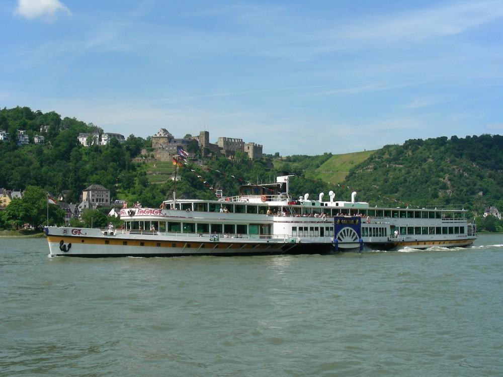Le moyen le plus agréable d'explorer la romantique vallée du Rhin est à bord des bateaux à vapeur ou des bateaux de croisière, comme le « Goethe », ici en face du château de Rheinfels à Sankt Goar. – © Willi Knopf / Rheintouristik Tal der Loreley
