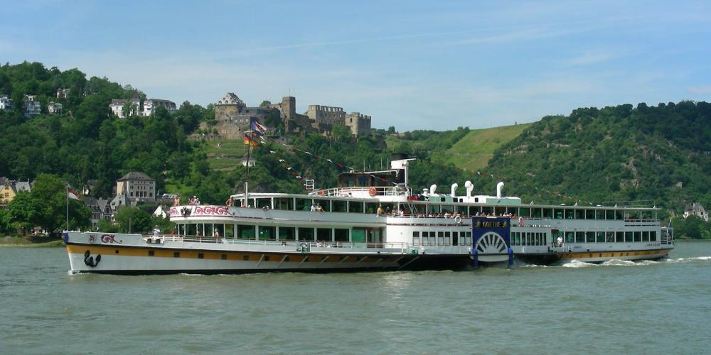 The most pleasurable way to explore the romantic Rhine Valley is aboard the steamers or cruise vessels—like the Goethe, here in front of Rheinfels Castle in St Goar. – © Willi Knopf / Rheintouristik Tal der Loreley