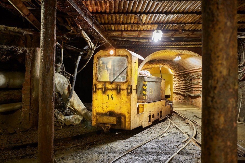 Les visiteurs montent dans le train jaune qui les emmène dans la mine comme les mineurs d'antan. – © Stefan Sobotta
