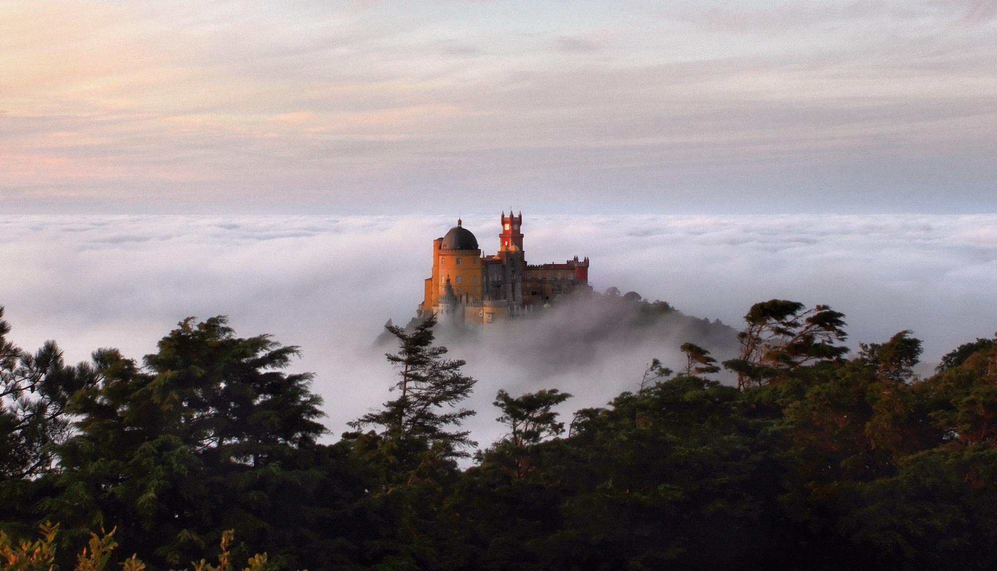 The traveller comes upon the Palace of Pena as if it were something from a dream, faithful to every romantic notion of the fairy castle. – © PSML / EMIGUS