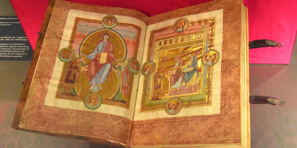 "The brilliantly designed ""Evangeliar Codex Caesareus Upsaliensis"" is the central point of the exhibition at the imperial palace in Goslar. – © GOSLAR marketing gmbh"