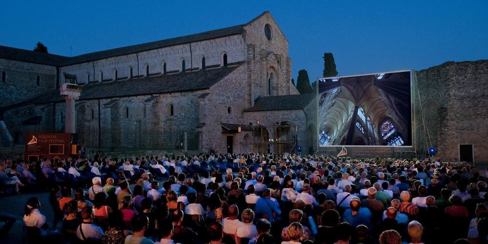 每年7月下旬举办的阿奎拉电影节能够满足各个年龄段的游人,并且以全新的现代视角展现了Capitolo广场和长方形教堂。 – © Gianluca Baronchelli