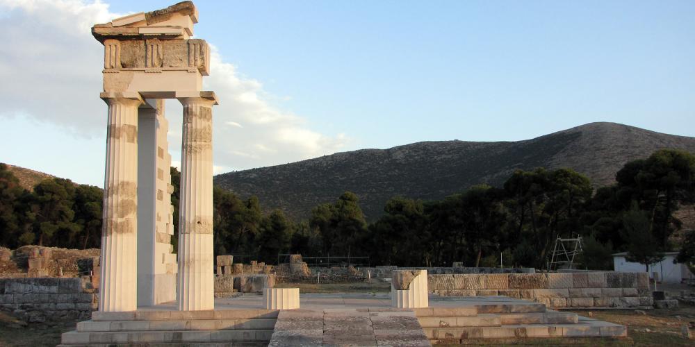 Le Propylon restauré de la salle de banquet cérémonielle montre le haut niveau de préservation du site. – © Hellenic Ministry of Culture and Sports / Ephorate of Antiquities of Argolida