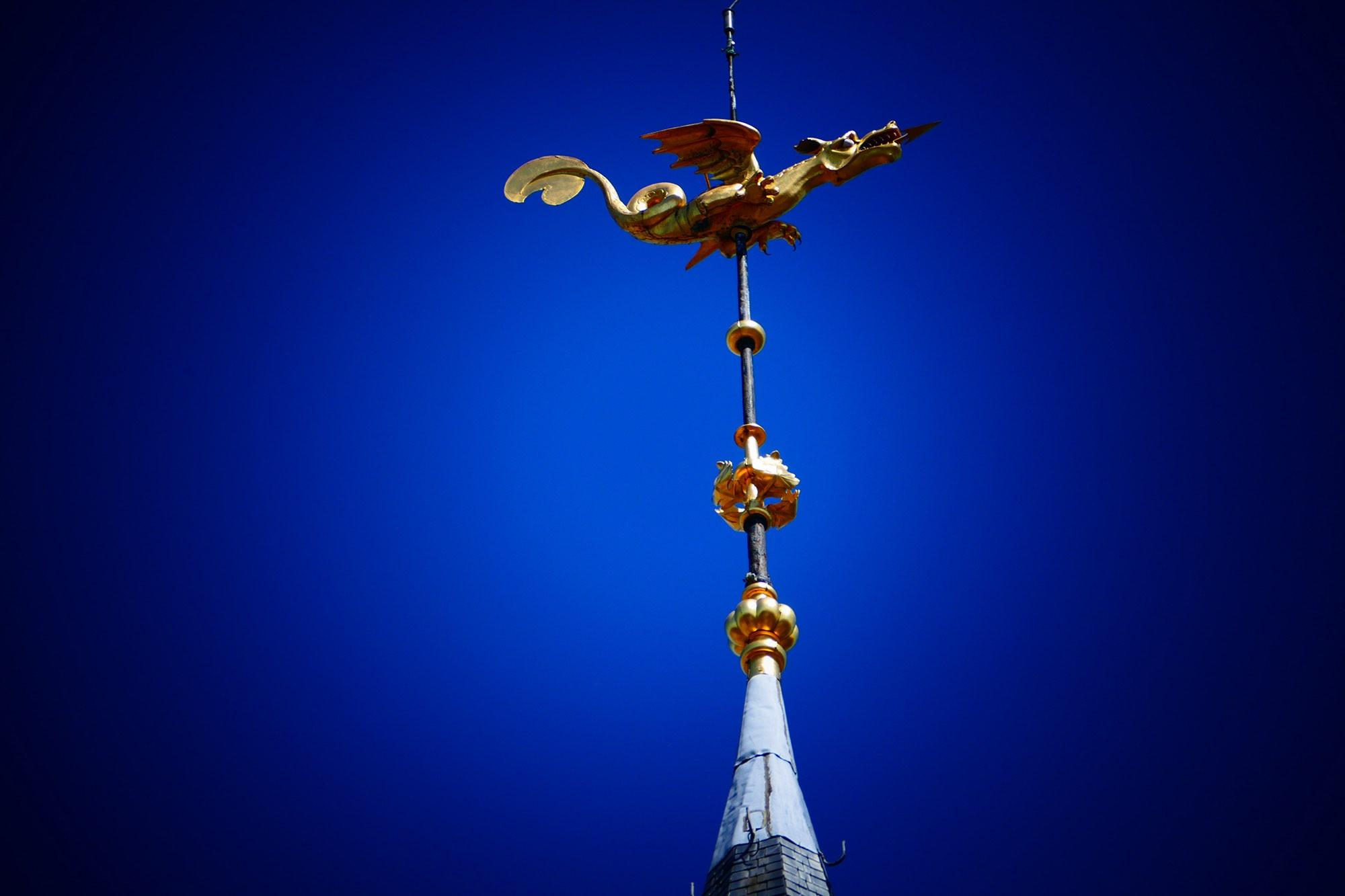 On top of the belfry, the weathervane in the shape of a dragon is covered with gold leaf. – © Thierry Glorieux