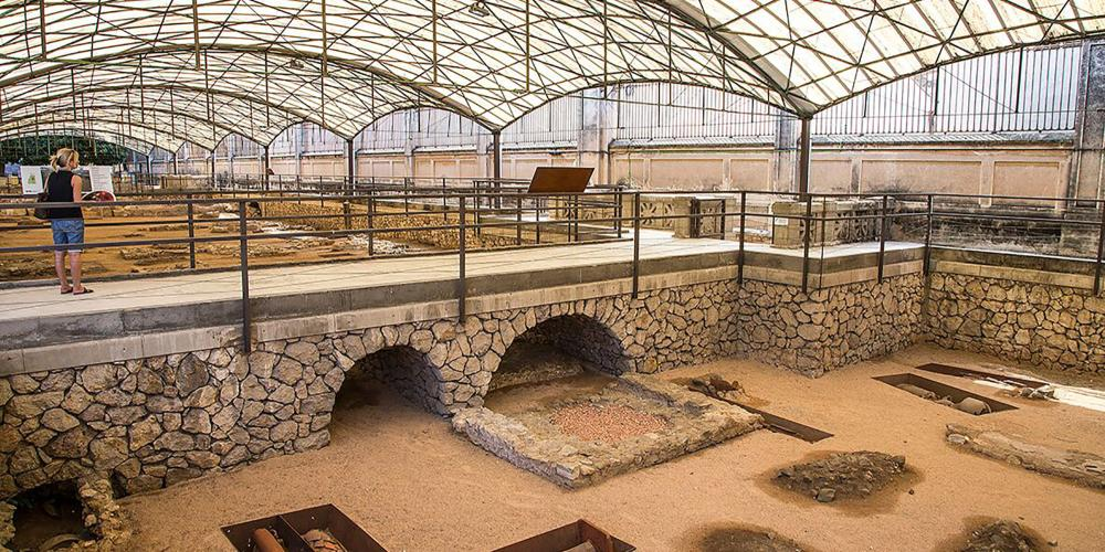 The Paleochristian Museum and Necropolis allows visitors to understand Roman funerary practices. Travellers learn about the different types of graves employed in antiquity, used for the adulation of the martyrs, and celebrated as a centre of pilgrimage until the beginning of the Visigoth era. – © Manel Antoli RV Edipress / Tarragona Tourist Board