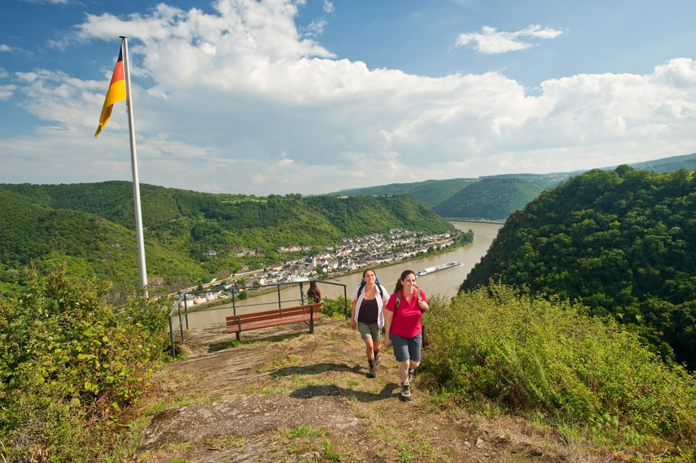 There are magnificent views from vantage points like this on the RheinBurgenWeg. – © Dominik Ketz / Romantischer Rhein Tourismus GmbH