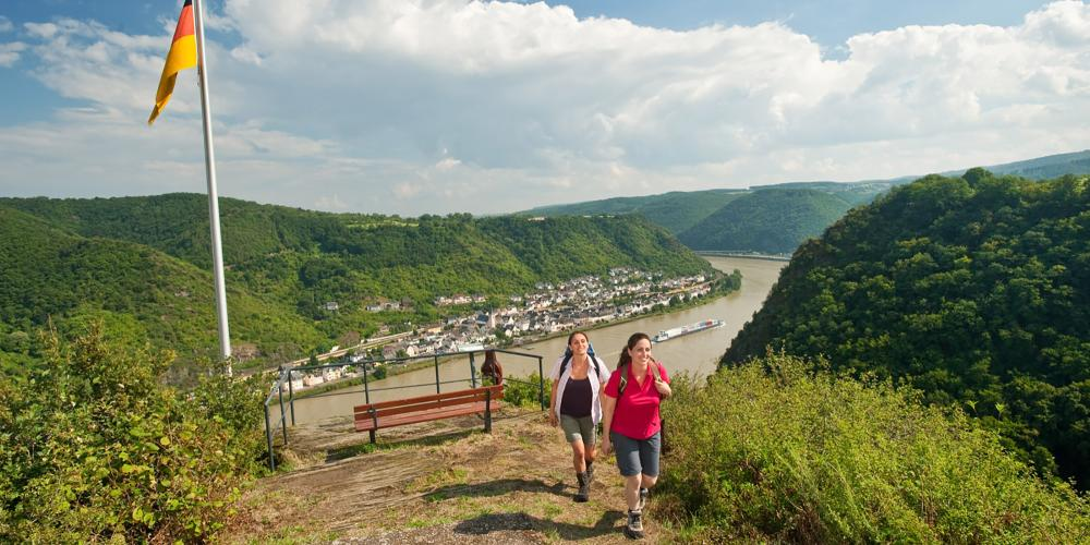 There are magnificent views from vantage points like this on the RheinBurgenWeg. – © Dominik Ketz / Romantischer Rhein Tourismus GmbH