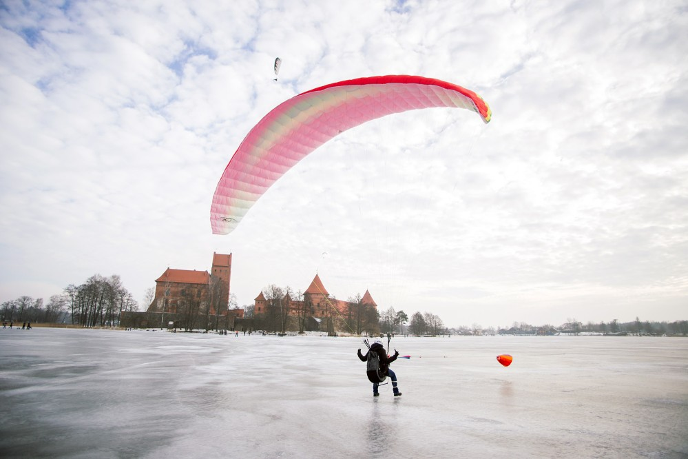 Tourists can experience winter sports on the lake while enjoying the breathtaking scenery. – © Darius Gudukas / www.trakai-visit.lt