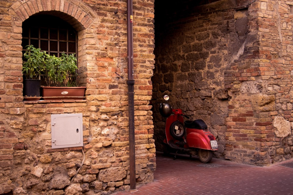 A classic Tuscan scene. San Gimignano is just down the road from other beautiful cities Volterra, Monteriggioni, Poggibonsi, Casole d'Elsa, Colle val d'Elsa, Radicondoli, and Pomarance. – © Andrea Miserocchi / Italian Stories