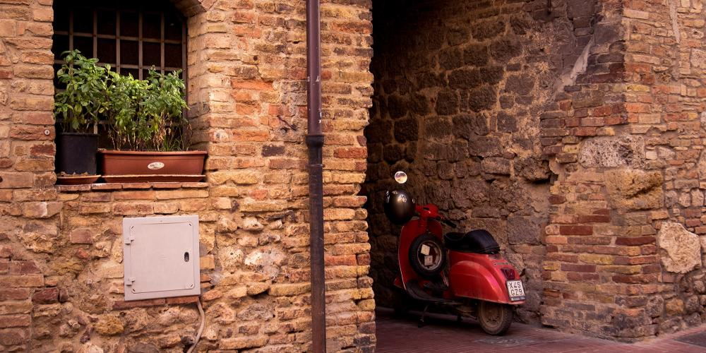 A classic Tuscan scene. San Gimignano is just down the road from other beautiful cities Volterra, Monteriggioni, Poggibonsi, Casole d'Elsa, Colle val d'Elsa, Radicondoli, and Pomarance. – © Andrea Miserocchi / Italian Stories