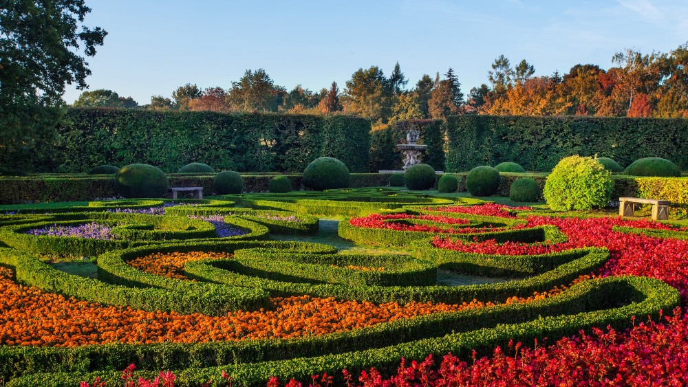 The central part of the Flower Garden consists of two sections: the Blooming Garden with the Colonnade, Rotunda, fountains, and clipped hedges. – © Tomas Vrtal