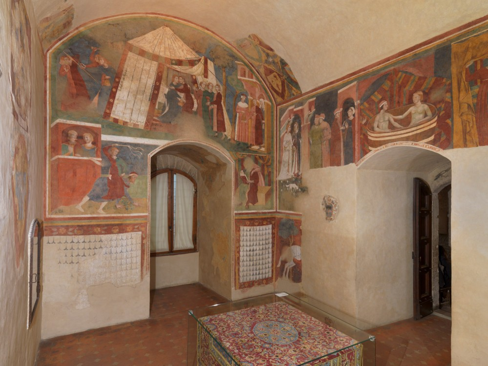 Choose your preferred side of the room—and your preferred love story. Pay attention to dangerous love before you find the right person. – © Musei Civici San Gimignano