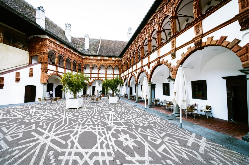 The front of the arcades in the courtyard of Schallaburg Castle are decorated by clay reliefs. – © Thomas Schnabel / Grafik Fuhrer