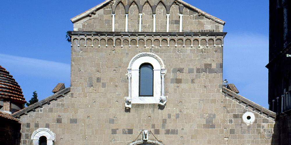 Main façade of the Romanesque cathedral of Casertavecchia where Norman elements coexisted with other Arabs and Byzantines. – © Bruno Cristillo