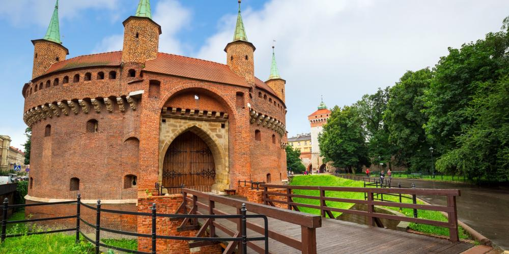 At the beginning of the Royal Route, you are are welcomed by the Barbican, Florian Gate and city walls from the 15th c. – © Patryk Kośmider