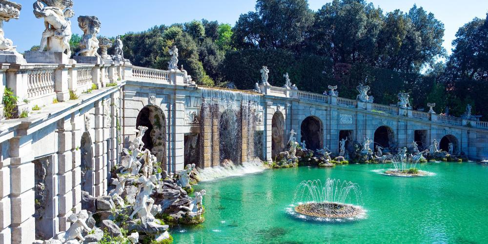 Une enfilade de fontaines et bassins s'étend sur plus de trois kilomètres du palais à une cascade dans la forêt. – © Gimas / Shutterstock