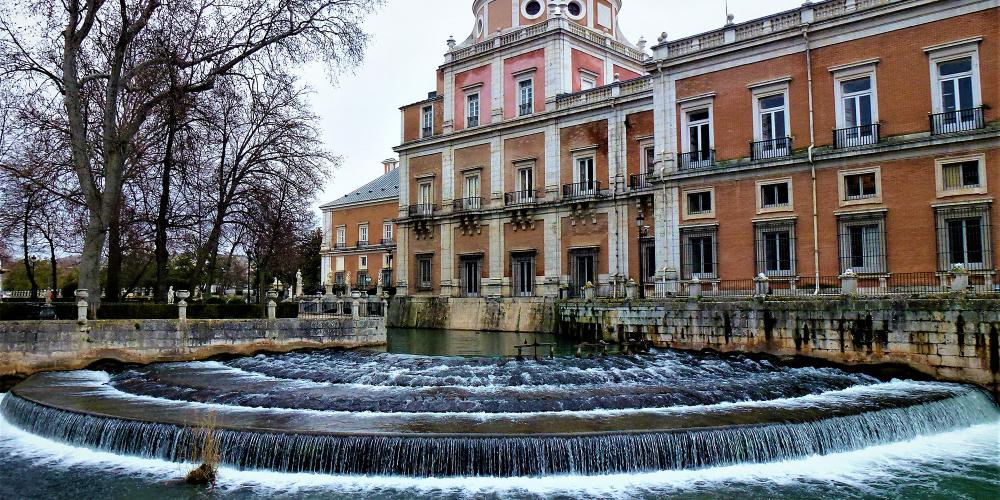 View of the Royal Palace of Aranjuez from the Island Garden, overlooking Castañuelas Waterfall. – © Joaquin Álvarez