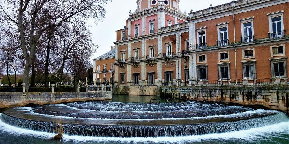 Vue du palais royal d'Aranjuez depuis le jardin de l'île avec vue sur la cascade Castañuelas. – © Joaquin Álvarez