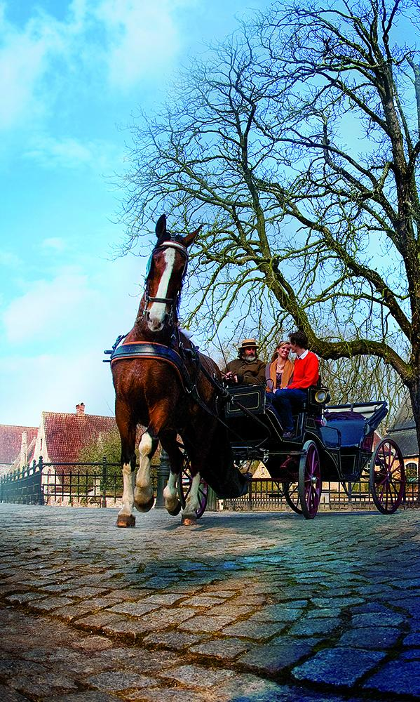 The carriage makes a short stop near the Beguinage, which is inhabited by nuns of the Order of St Benedict these days. – © Jan D'hondt / Visit Bruges